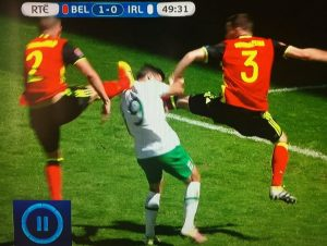 Shane Long receives simultaneous karate kicks from Alderweireld and Vermaelen