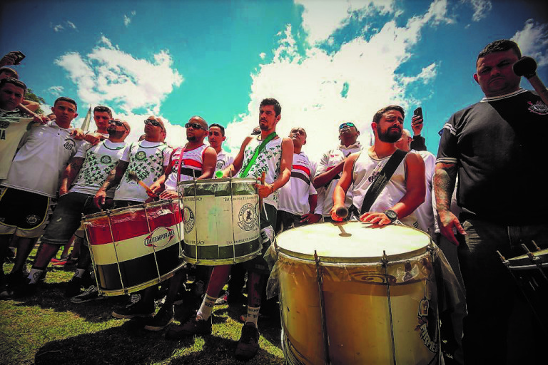 The drummers of the four biggest torcidas mark the minute of reflection